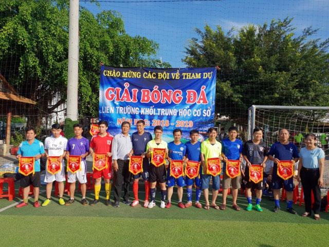 Các đội nhận cờ lưu niệm của BTC giải - trường THCS Nguyễn Văn Cừ