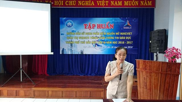 Cô Phạm Hoa Hòa - Phó trưởng phòng Giáo dục, phát biểu khai mạc lớp tập huấn